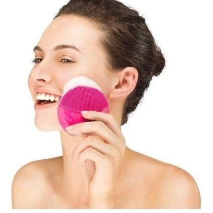 Você já deve ter visto artistas usando uma esponja elétrica para limpar a pele do rosto.